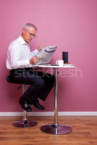 üzletember olvas újság kávézó reggel hírek Stock fotó © RTimages