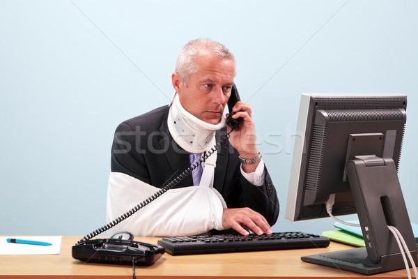 Sebesült üzletember asztal telefon fotó érett Stock fotó © RTimages