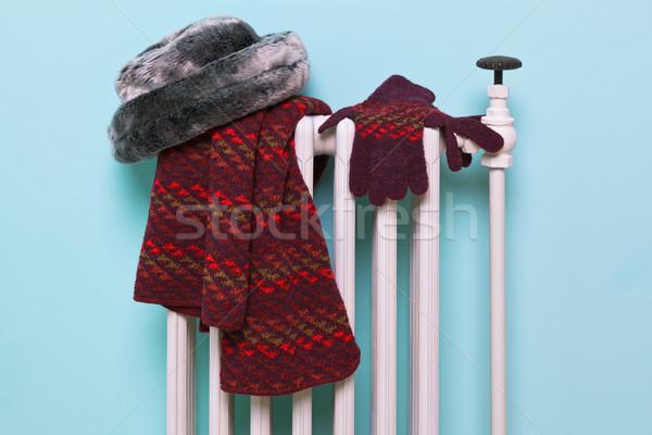 Hat sciarpa guanti radiatore foto vecchio Foto d'archivio © RTimages