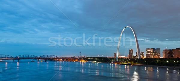 Foto stock: Imagem · centro · da · cidade · arco · crepúsculo · edifício