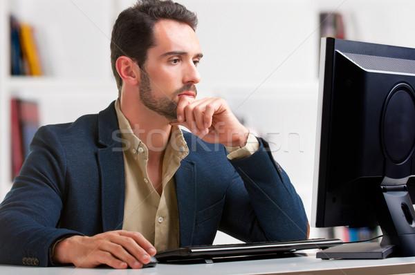 Adam bakıyor bilgisayar monitörü bilgisayar ekranı düşünme iş Stok fotoğraf © ruigsantos
