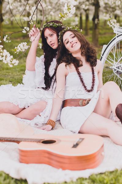 Iki hippi kızlar gitar beyaz Stok fotoğraf © runzelkorn
