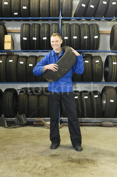 Férfi autógumi bolt mosolyog autó szerelő Stock fotó © runzelkorn