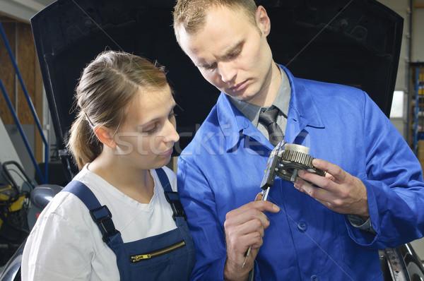 Voitures atelier voiture mécanicien Homme apprenti Photo stock © runzelkorn