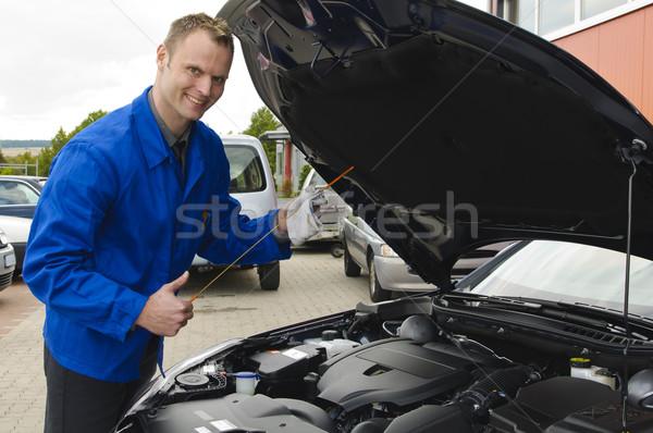 Autószerelő olaj szint mosolyog kamera autó Stock fotó © runzelkorn