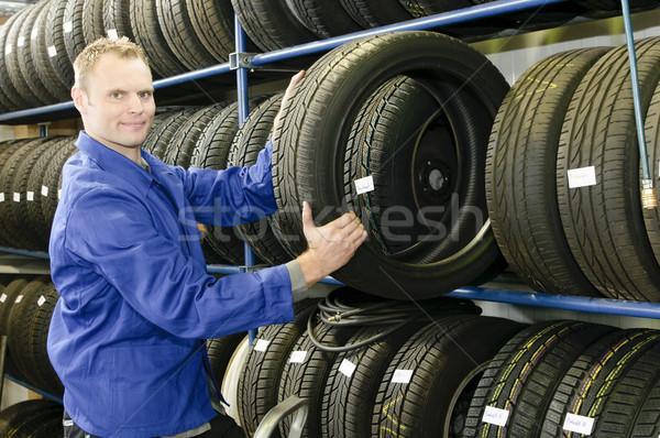 Férfi autógumi bolt autó szerelő kék Stock fotó © runzelkorn