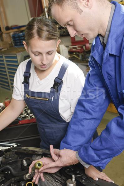 Foto d'archivio: Apprendista · maestro · garage · auto · meccanico · femminile