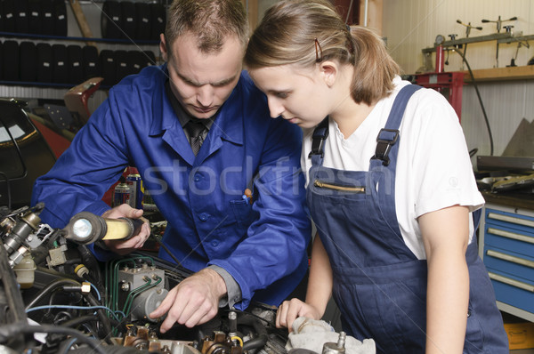 Foto d'archivio: Due · auto · meccanica · riparazione · meccanico · femminile