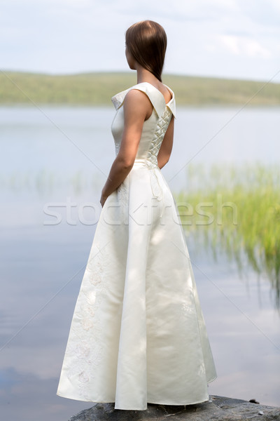 Fată rochie de culoare alba în picioare stâncă fundal lac Imagine de stoc © RuslanOmega