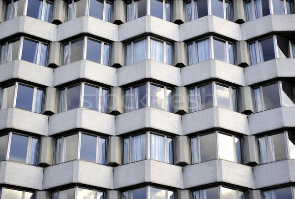 Fenêtres au-dessous bâtiment rideaux Photo stock © russwitherington