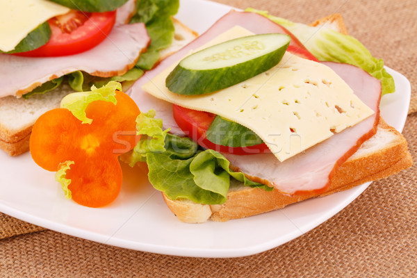 Sanduíches legumes bacon queijo prato folha Foto stock © ruzanna