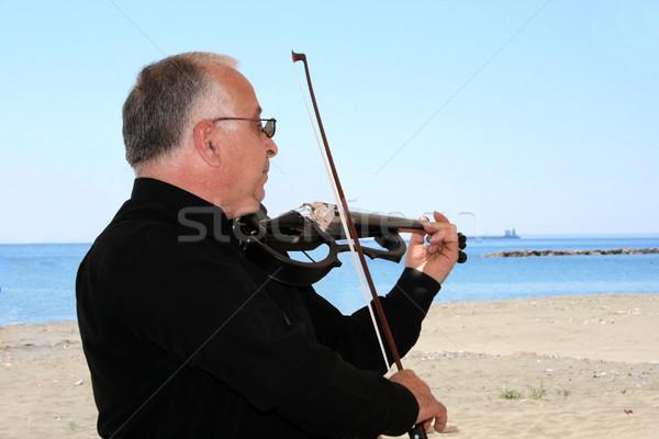 Hegedűművész hegedű tenger égbolt művészet kék Stock fotó © ruzanna