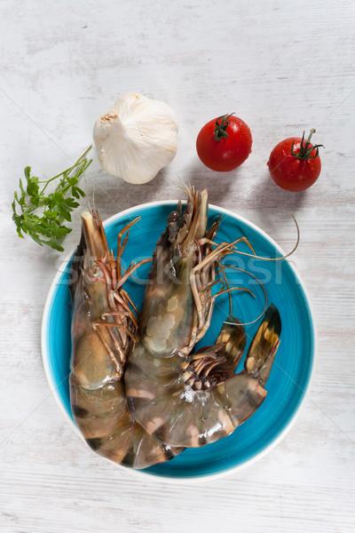 Nyers garnélák friss nagy kék tányér Stock fotó © sabinoparente