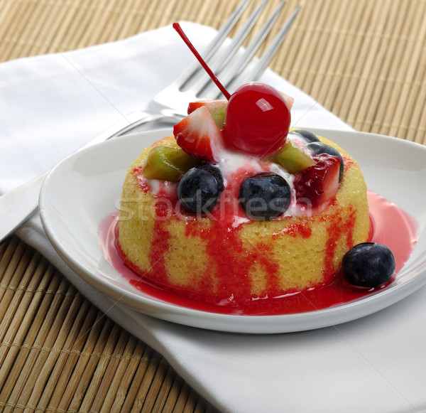 Fruitcake klein witte plaat cake vruchten Stockfoto © saddako2