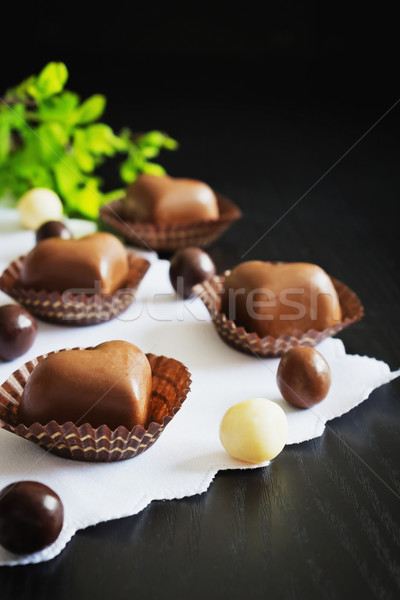 Csokoládé cukorkák forma szívek fekete fából készült Stock fotó © saharosa