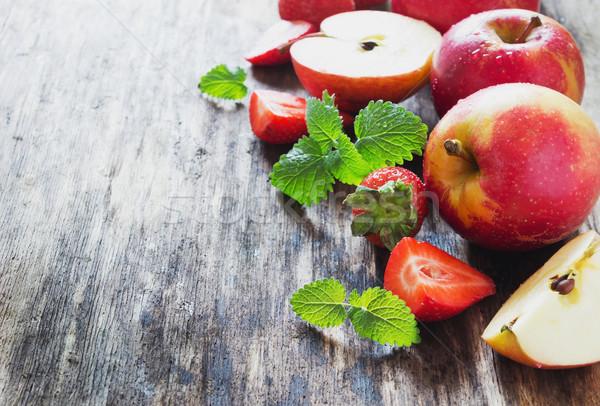Maduro manzanas fresas edad mesa de madera fruta fresca Foto stock © saharosa