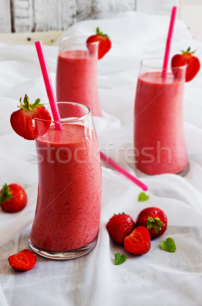 Glas aardbei smoothie rijp aardbeien tabel Stockfoto © saharosa