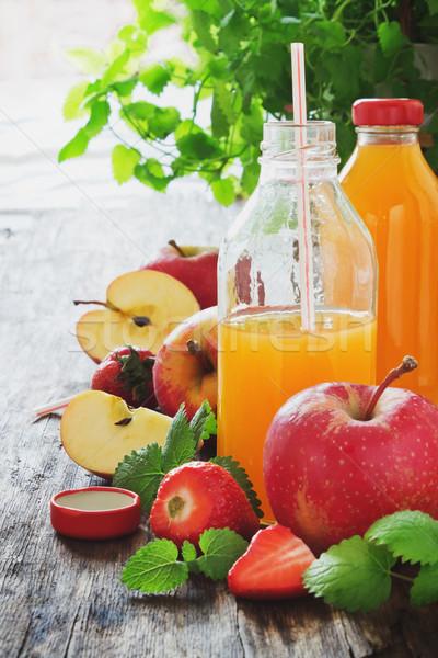 Meyve suyu olgun elma çilek eski ahşap masa Stok fotoğraf © saharosa