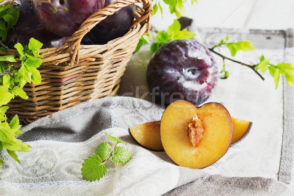 érett szilva kosár fehér fa asztal gyümölcs Stock fotó © saharosa