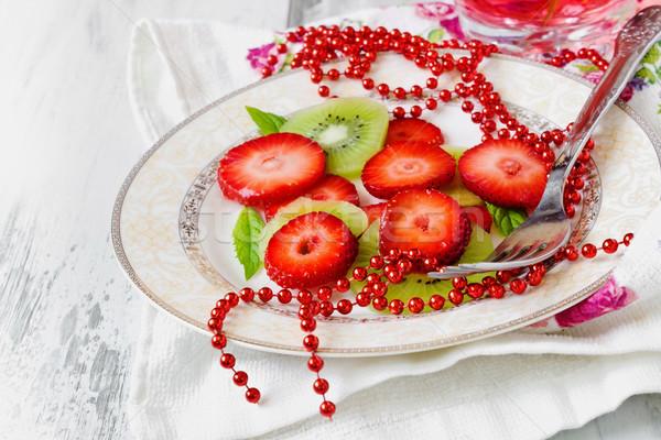 Gyümölcssaláta szeletek eper kiwi menta fókusz Stock fotó © saharosa