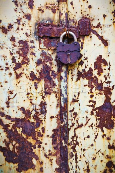 Paslı asma kilit eski kirli kapı bo Stok fotoğraf © saharosa