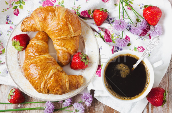 Knapperig ontbijt twee croissants plaat beker Stockfoto © saharosa