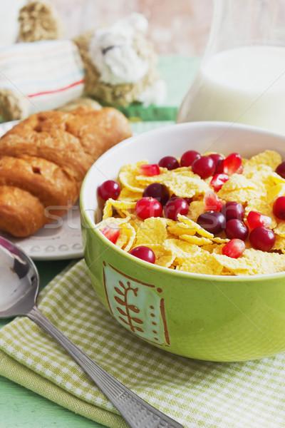 Foto stock: Tazón · copos · de · maíz · bayas · leche · croissant · verde