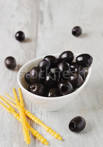 Marynowane czarne oliwki biały puchar tabeli Zdjęcia stock © saharosa