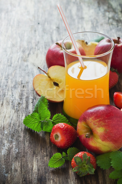 Gyümölcslé érett almák eprek öreg fa asztal Stock fotó © saharosa