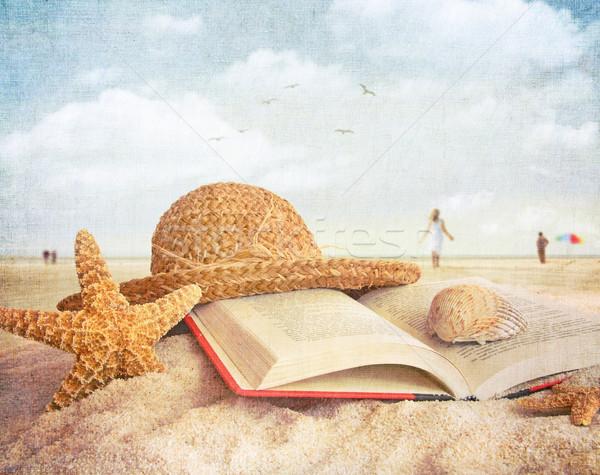 ストックフォト: 麦わら帽子 · 図書 · 砂 · ビーチ · 人