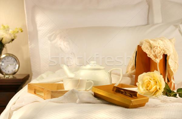 Stok fotoğraf: çay · yatak · beyaz · gül · saat · ışık