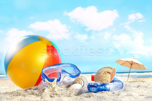 Foto stock: Diversão · dia · praia · óculos · de · proteção · bola · de · praia · céu
