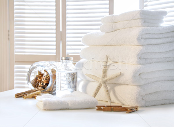 Pelucheux blanche serviettes table obturateur portes Photo stock © Sandralise