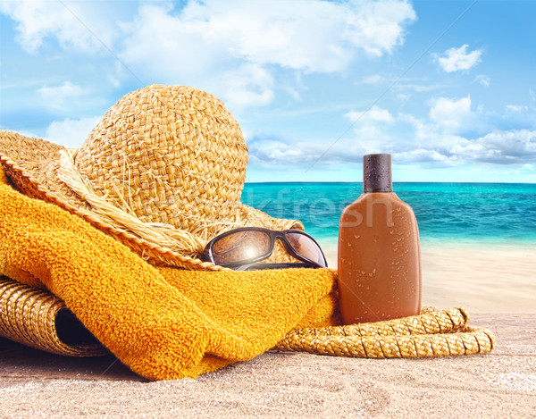 Bronzage lotion chapeau de paille plage serviette ciel Photo stock © Sandralise