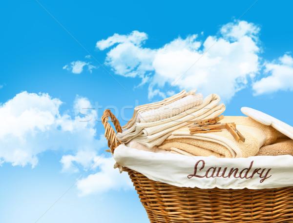 Kosz na bieliznę ręczniki Błękitne niebo domu projektu domu Zdjęcia stock © Sandralise