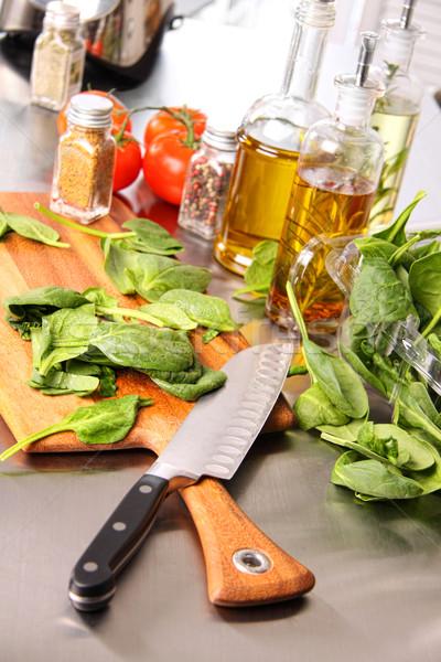 Hojas tabla de cortar espinacas alimentos madera fondo Foto stock © Sandralise