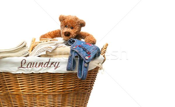 Cestino di lavanderia completo asciugamani orsacchiotto bianco casa Foto d'archivio © Sandralise