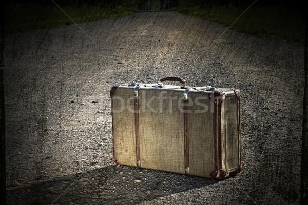 Oude koffer onverharde weg retro vintage pad Stockfoto © Sandralise