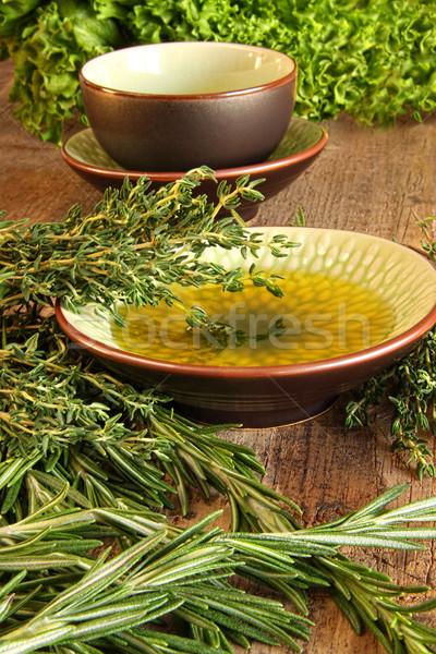 Frischen Kräuter Holz Schneidebrett Olivenöl Essen Stock foto © Sandralise