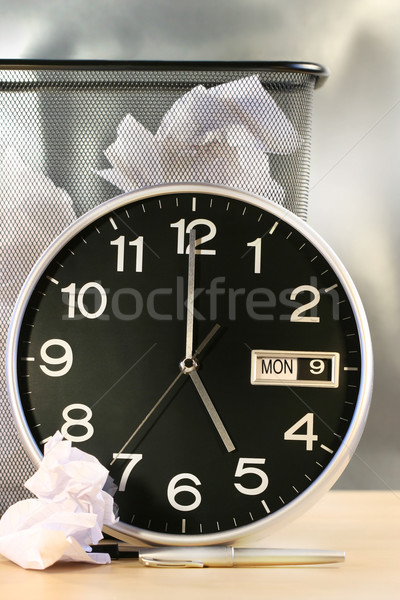 Foto stock: Relógio · tempo · desperdiçar · papel · cesta
