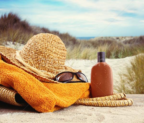 Strohhut Handtuch Lotion Strand Wasser Hintergrund Stock foto © Sandralise