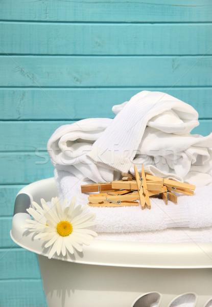 Blanco cesta lavandería cesta de la ropa doblado toallas Foto stock © Sandralise