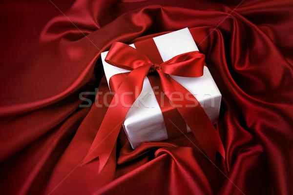 Pequeño San Valentín regalo rojo raso tejido Foto stock © Sandralise