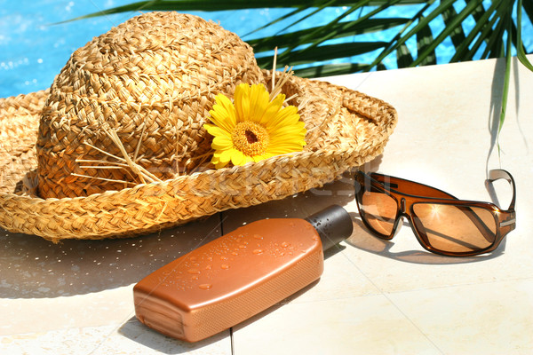 Słomkowy kapelusz okulary opalenizna mleczko kosmetyczne słońce liści Zdjęcia stock © Sandralise