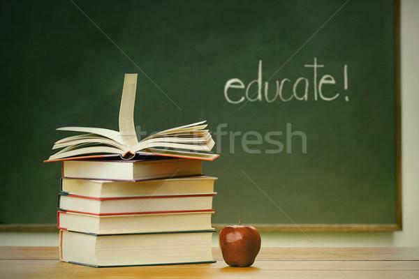 Escuela libros manzana escritorio pizarra educación Foto stock © Sandralise