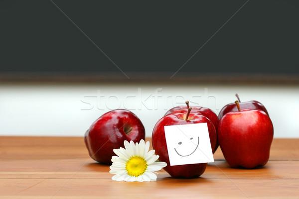 Delicioso rojo manzanas escritorio pizarra flor Foto stock © Sandralise