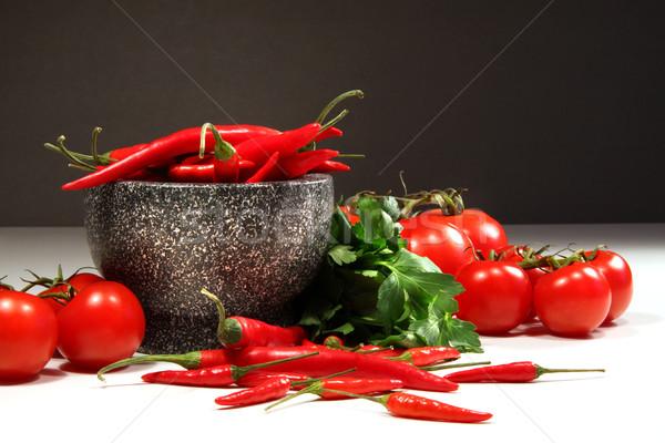 Foto stock: Vermelho · pimentas · tomates · tigela · escuro · fundo