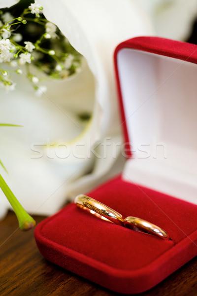 Alyans kırmızı kutu buket tablo düğün Stok fotoğraf © sapegina