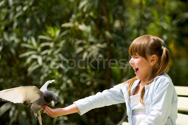 Güvercin mutlu gülme küçük kız oturma Stok fotoğraf © sapegina