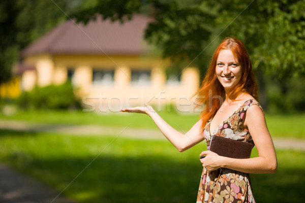 Makelaar glimlacht verkoop vrouw huis Stockfoto © sapegina